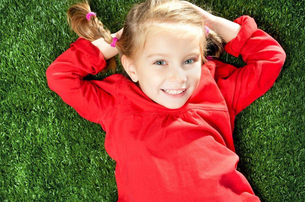 דשא סינטטים עם ילדים
