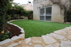 דשא סינטטי תוחם אבן