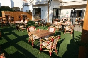 דשא סינתטי למסעדות