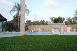 דשא סינתטי לבריכות שחייה