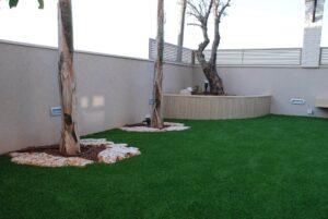 דשא סינתטי למרפסת בשילוב עם אבנים