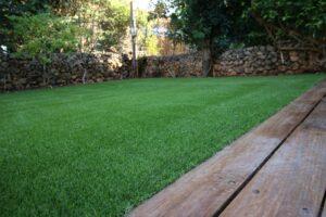 דשא סינתטי לגינה עם דק עץ
