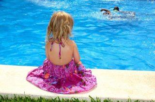 דשא סינטטי לבריכות שחייה