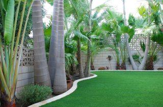 דשא סינטטי בשילוב רהיטי חוץ לעיצוב גינות