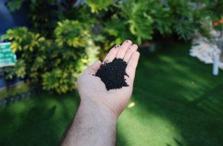 מדוע לא לפזר כדוריות גומי על דשא סינטטי?