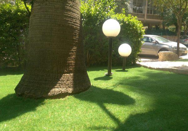 האם עמודי תאורה לגינה מתאימים לדשא סינטטי?