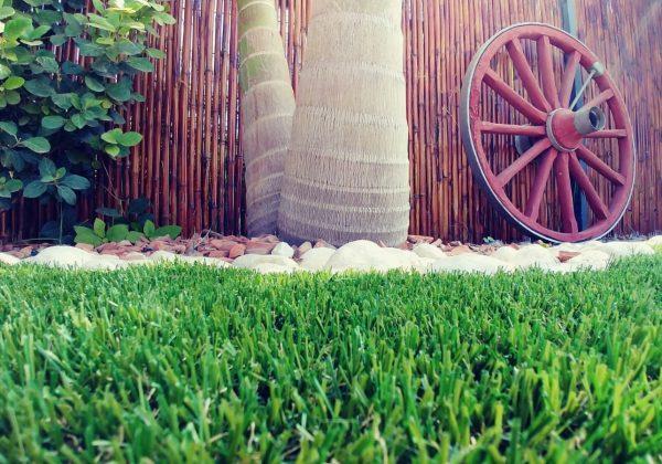 איך מעמידים גדרות לתיחום בלי לפגוע בדשא סינטטי?