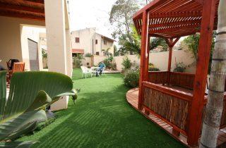 דשא סינטטי ועיצובים בעץ
